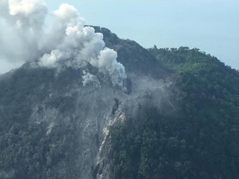 27. Dezember 2017: Indonesien, Sumatra, Sinabung, 2u0027460 M. Der Stärkste  Ausbruch Des Vulkans In Diesem Jahr Führte Zu Pyroklastischen Strömen Mit  Einer ...
